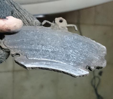 Старая стёртая передняя тормозная колодка Рено Логан первого поколения